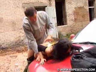 Попросила помощь отремонтировать машину, а он трахнул